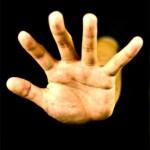 指や手のひらのひび割れの原因と治す方法は?接着剤治療は効果ある?